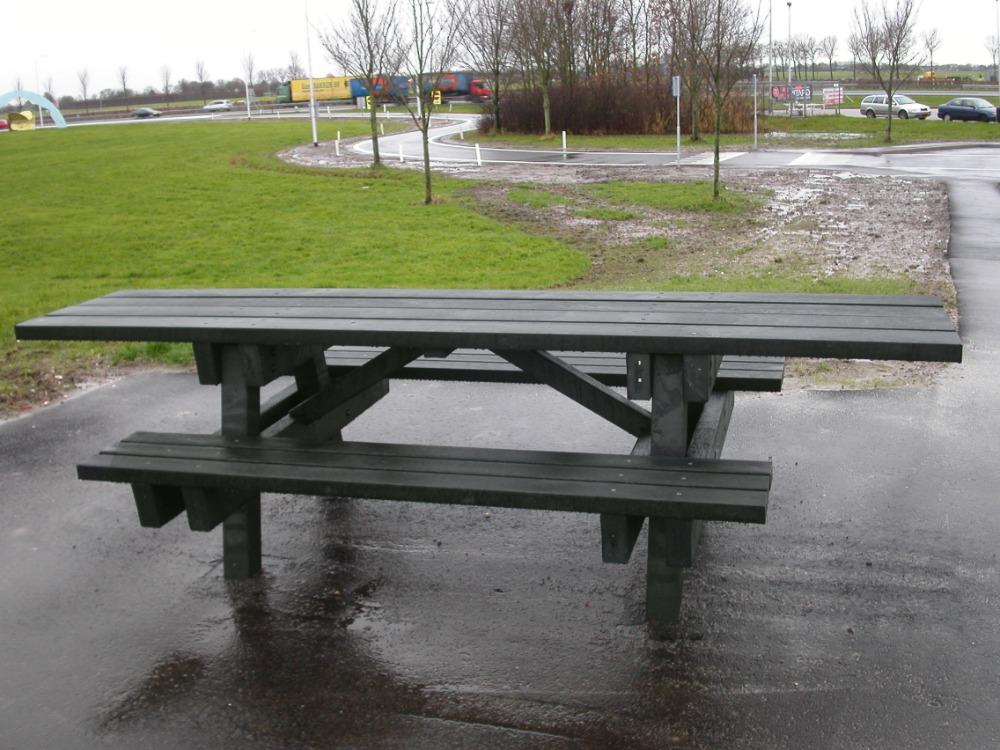 GreenMatter wheelchair friendly picnic table (2)